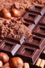 12926573-tableta-de-chocolate-con-cacao-en-polvo-y-las-avellanas